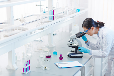 ガラス製品、顕微鏡、科学研究所でクリップボード