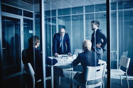 ejecutiva en oficina: Grupo de jóvenes directivos que tienen reunión en la oficina