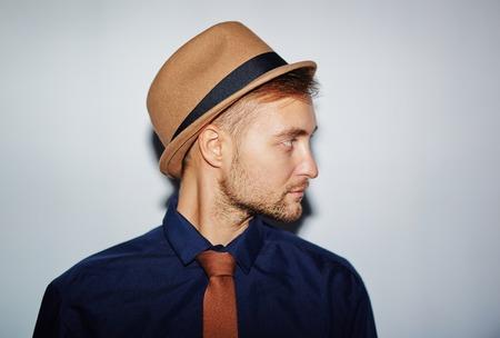 kapelusze: Stylowe młody człowiek w kapelusz, koszulę i krawat