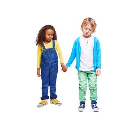 petite fille triste: Sulky enfants dans casual-porter tenant par les mains