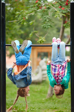 niñas jugando: niñas felices pasar el tiempo libre en las instalaciones recreativas