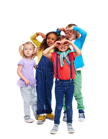 귀여운 소녀 캐주얼 착용 및 배경에 그녀의 친구의 그룹 스톡 콘텐츠