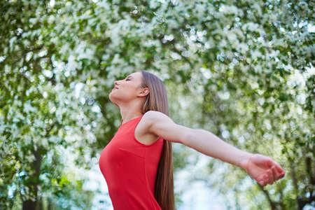 armonia: chica encantados disfrutando día de verano Foto de archivo