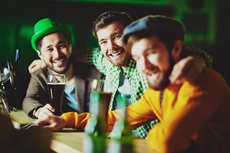 personas mirando: amigable hombres que celebran el d�a de San Patricio