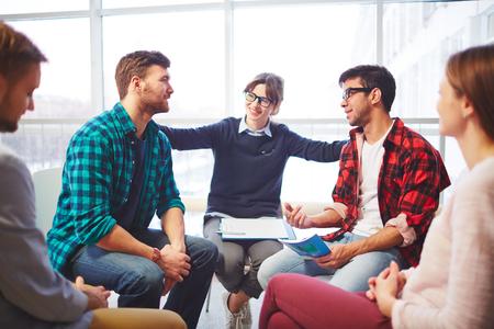 grupo de hombres: Mujer joven feliz apoyar su decisión amigos en curso de la terapia psicológica Foto de archivo