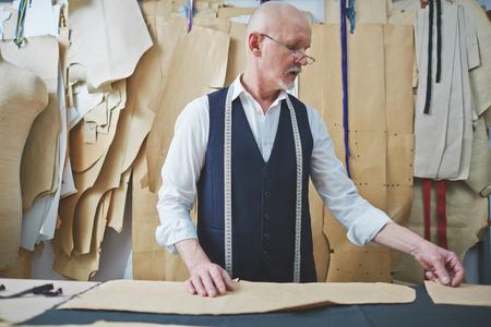 hombres maduros: a medida madura que trabaja con patrones