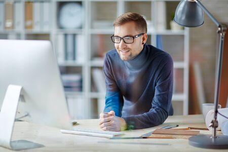 Jonge zakenman op zoek naar interessante gegevens op internet