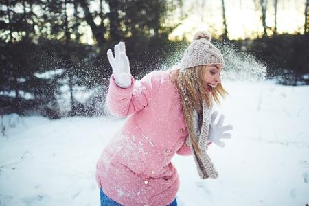 boule de neige: fille joyeuse rire pendant le jeu de boule de neige