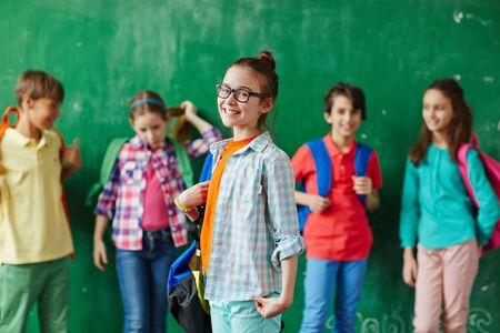 colegiala: Pupila mirando a la c�mara con sus compa�eros en el fondo