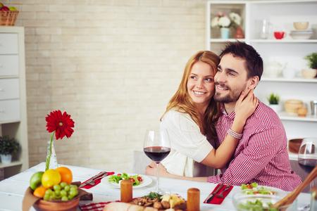 femme romantique: Couple heureux de d�ner romantique dans la cuisine