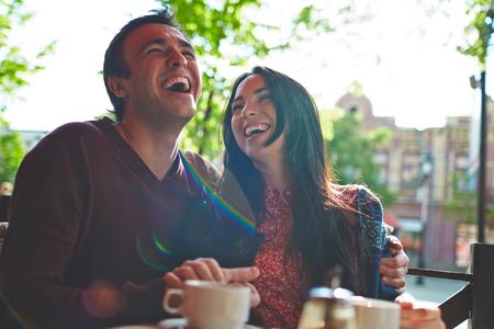 femme romantique: quelques joyeux rire alors qu'il �tait assis dans le caf�