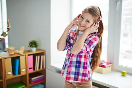 listening to music: Adolescente bastante escuchando su música favorita en casa