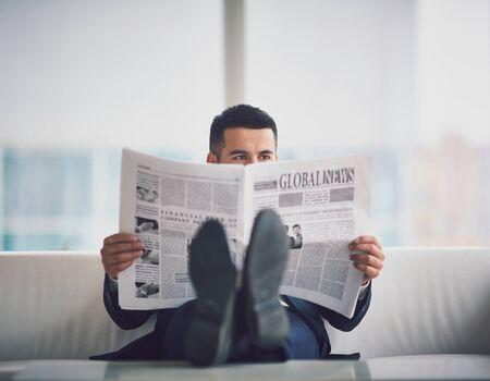 affaires contemporain lisant le journal dans le bureau