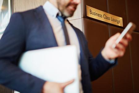 persona viajando: El hombre de negocios en el aeropuerto en el salón de clase de negocios