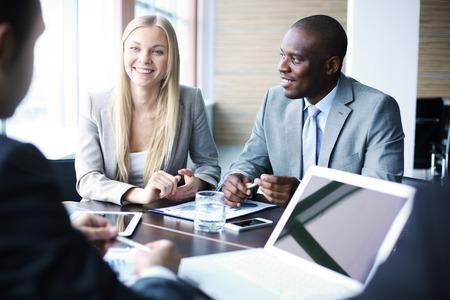 Business team de discuter des plans ensemble à une réunion