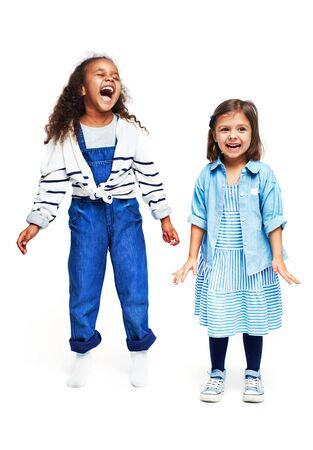 niños africanos: Retrato de dos niñas riendo aislados en blanco
