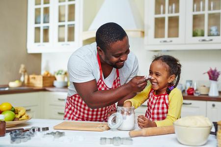 niños cocinando: Familia feliz de dos cocinar juntos en casa Foto de archivo