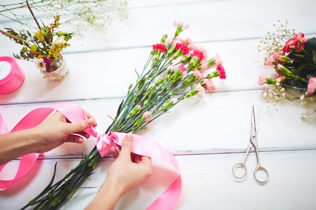 Close-up of florist making a bouquet Imagens