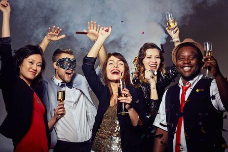 personas celebrando: Gente feliz que celebra el d�a de fiesta con champ�n