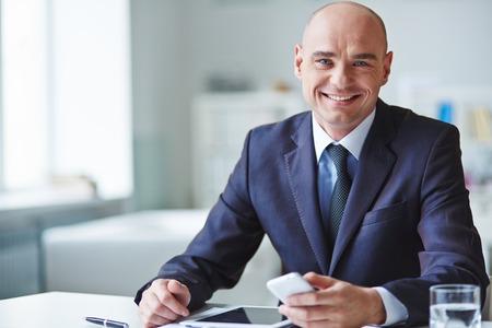 카메라를보고 웃고있는 CEO의 초상화 스톡 콘텐츠