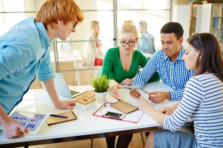 Jonge mensen uit het bedrijfsleven werken in team op kantoor Stockfoto