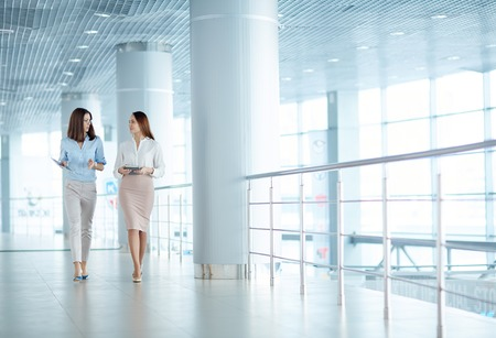 Dvě mladé podnikatelky mluví o obchodních záležitostech Reklamní fotografie