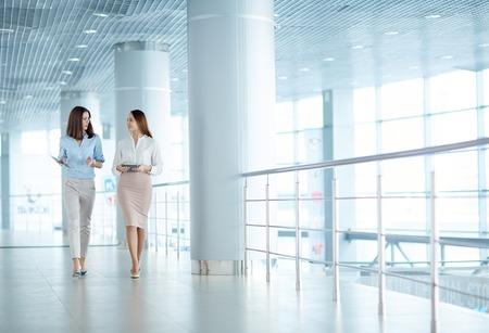 Zwei junge Geschäftsfrauen in geschäftlichen Angelegenheiten im Gespräch Lizenzfreie Bilder