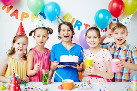 pastel de cumpleaños: Grupo de niños felices que celebran cumpleaños Foto de archivo