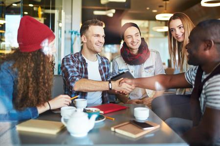 Sourire hommes se serrant la main avec son ami Banque d'images