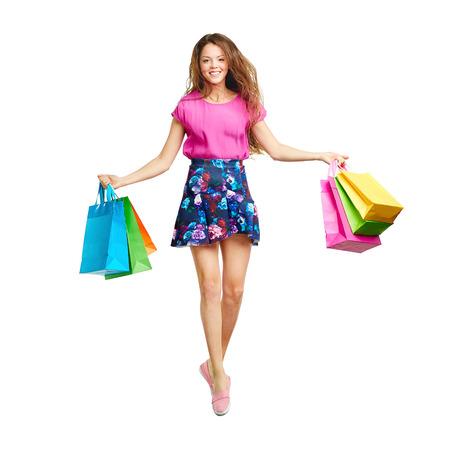 personas saltando: consumidor alegre en techo del doble fondo de color rosa y falda corta de salto con bolsas Foto de archivo