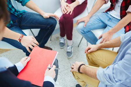 Grupo de personas que visitan curso de la terapia psicológica