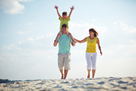 mama e hijo: Familia feliz disfrutando el tiempo juntos en la playa Foto de archivo