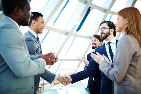 Ondernemers feliciteren elkaar na het maken van overeenkomst