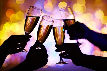 Hände des Menschen mit Champagner auf Party Toasten