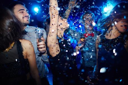gente bailando: Grupo de hombres jóvenes felices y mujeres bailando en la fiesta de la noche