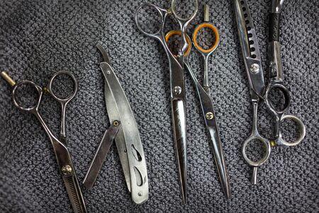 tijeras: Los equipos profesionales de barbero en el fondo de lana