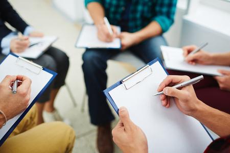 portapapeles: La gente que hace notas sobre el papel durante los estudios psicológicos