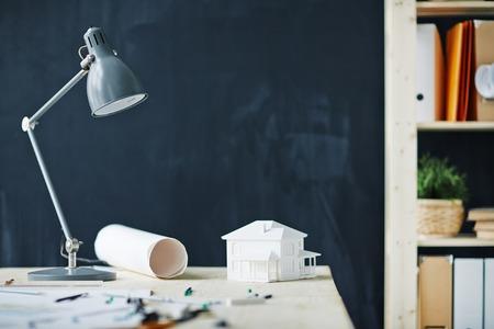 Escritorio de oficina con la casa de papel en ella