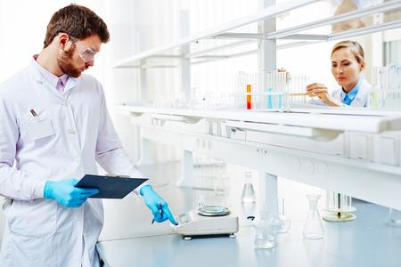 balanza de laboratorio: los investigadores e investigadoras que trabajan en el laboratorio con el análisis