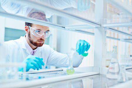 Laboratoire scientifique travaillant au laboratoire avec des tubes à essai