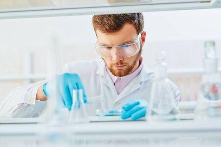 experimento: Técnico de laboratorio haciendo experimentos en el laboratorio