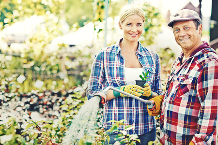 regando plantas: Retrato de par de jardineros de plantas de riego Foto de archivo
