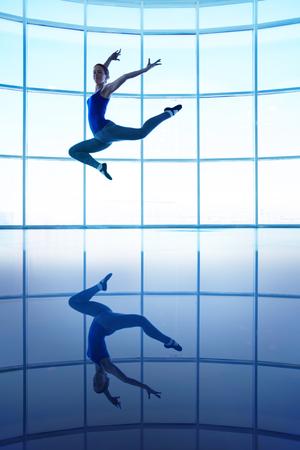 tänzerin: Junge weibliche Tänzer in der Luft springen