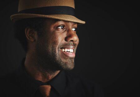 Porträt der lächelnden African Mann mit Hut