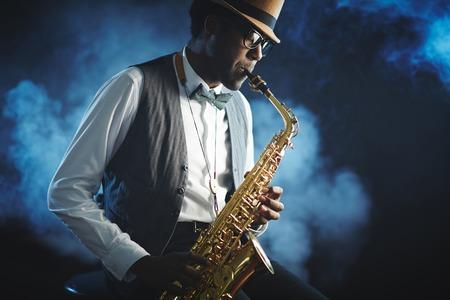 musico: Retrato de un músico de jazz que toca un saxofón