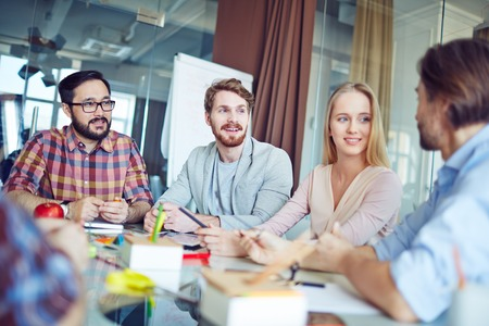 gente adulta: Grupo de hombres de negocios que tiene una reunión en la oficina