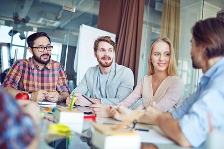 Skupina podnikatelů s setkání v kanceláři
