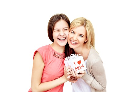 madre e hija adolescente: Alegre joven y adolescente con caja de regalo y la risa