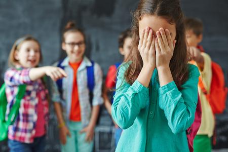Schülerin weinend auf den Hintergrund der Mitschüler ihr necken Lizenzfreie Bilder