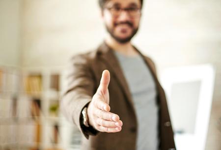 personas saludandose: El hombre de negocios que da la mano para apretón de manos